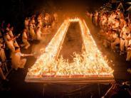 Leute: Rekordjäger entzündet 72 000 Kerzen auf Geburtstagskuchen