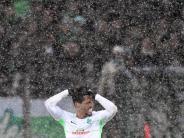 Kein Rückflug: Starker Schneefall: Werder Bremen steckt in Freiburg fest