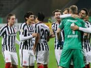 Sieg im Elfmeterschießen: Frankfurt zieht vor Minuskulisse ins Pokal-Achtelfinale ein