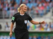 Schiedsrichterin ganz cool: Steinhaus lächelt Streich von Ribéry weg
