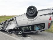 Aislingen/Baumgarten: Auto rast gegen Baum und überschlägt sich