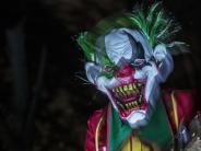 Leichte Sprache: Menschen in gruseliger Clown-Verkleidung machen Probleme