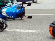 Holzheim: Auto prallt frontal in Roller