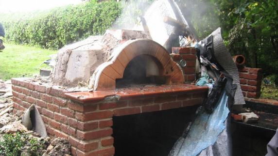 donauwörth-riedlingen: selbst gebauter pizzaofen geht in flammen, Garten und erstellen