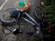 Genderkingen: Radfahrerin stürzt und verletzt sich schwer