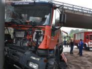 Donauwörth: Laster bleibt mit Kran an Brücke hängen
