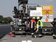 Kreis Donau-Ries: Arbeiter gerät unter Asphaltiermaschine und wird schwer verletzt