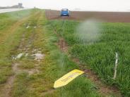 Rain: Riskant überholt: Gegenverkehr muss in Acker ausweichen