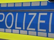 Wemding: Auto prallt gegen Leitpfosten und Böschung