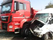 Polizei-Report: Laster und Kleinbus stoßen zusammen