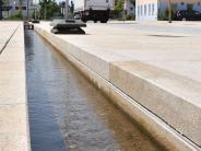Autofalle: Tröge und Bänke sollen Wasserrinne sichern