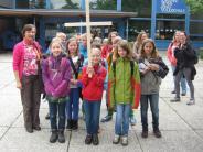 Religion:  Schüler teilen Brot am Ziel ihrer Wallfahrt