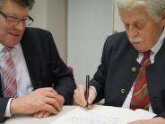 : Pachner schreibt ins Goldene Buch der Gemeinde Ried