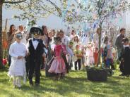 Erziehung: Eurasburger Kinder tanzen in den Mai