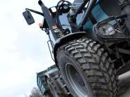 Merching: Traktor verliert Reifen und kippt um