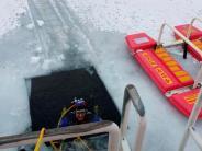 Einsatz in Friedberg: Loch im Eis: Taucher sucht See ab