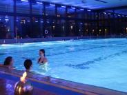 Friedberg: Ein Abend im Stadtbad: Schwimmen bei Kerzenschein