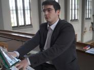 Kissing: Ein Theologe sitzt an der Orgel