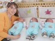 Muttertag: So bewältigt Familie Hackl das Leben mit Drillingen