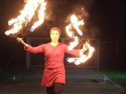 Akrobatik in Mering: Sie bringen Licht in die dunkle Nacht