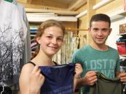 Kissing: Auf Schnäppchenjagd im Kleiderladen