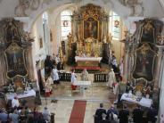 Kirche: Weihrauch brennt auf dem neuen Altar