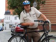 Menschen in Friedberg: Der Kaplan ist mit dem Radl da
