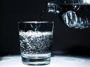 Mineralwasser: Sprudelwasser mit Kohlensäure soll Übergewicht fördern