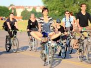 Mit Fahrrad, Board oder Bier: Yoga ist nicht gleich Yoga - verrückte Varianten entstehen