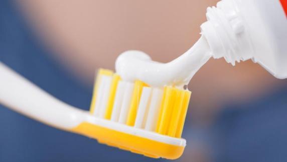 Beim Vergleich von 28 Zahnpasten bewertete die Stiftung Warentest eine günstige mit