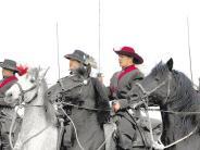 Kavalleriereiter: In Uniformen aus dem 17. Jahrhundert zum Sieg