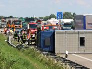 Leipheim / Ulm: Lkw auf A8 umgekippt - Fahrer wollte einem Hasen ausweichen