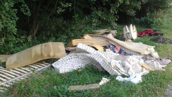 Polizei: Berge von Müll neben dem Radweg entsorgt