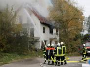 Polizei: Nach Wohnhausbrand: Bewohner stirbt