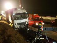 Langenau/Leipheim: Bergung eines Sattelzugs auf der A8 dauert Stunden