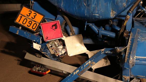 Lkw-Fahrer greift zur Flasche und verursacht Unfall