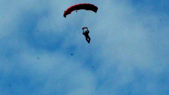 Günzburg: Fallschirmspringer schwer verletzt
