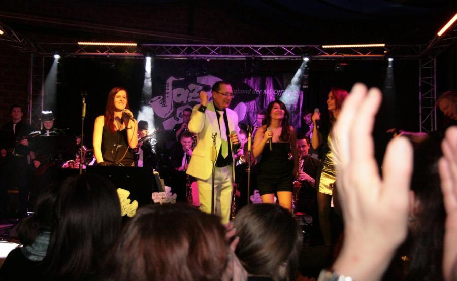 """Verdienter Applaus: Zur Eröffnung des musikalischen Jahres 2013 boten die """"Jazz Spätzla"""", die Big Band der Musikschule Offingen, unter Leitung von Klaus Schlander, wieder zwei grandiose Konzerte in der Mindelhalle."""