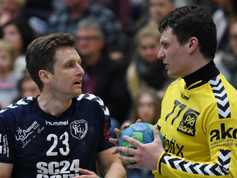Schlüsselduell: Auch Matthias Waldmann (links), mit sieben Toren Raunaus bester Werfer, fand in VfL-Keeper Patrick Rösch öfter seinen Meister.