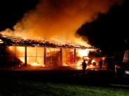 Feuer: Bergehalle lichterloh in Flammen