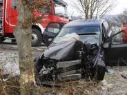 : Auto prallt gegen Baum