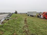 Illertissen: Sattelzug-Fahrer kommt von Autobahn ab