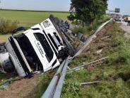 Senden: Unfall auf der A7: Lastwagen landet auf dem Dach