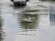 Wasser: Starkregen überflutet Straßen