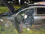 Polizei: Auto schanzt über Kreisverkehr