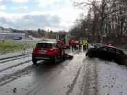 Illertissen/Kellmünz: Autos prallen auf schneeglatter Straße frontal zusammen