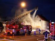 Feuerwehr im Großeinsatz: Schwelbrand wird Großfeuer und zerstört Drogeriemarkt