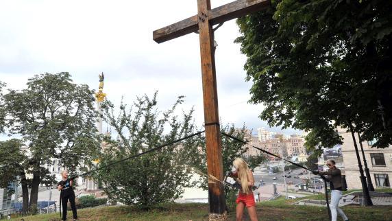 panorama femen saegt kruzifix nackt protest fuer pussy riot