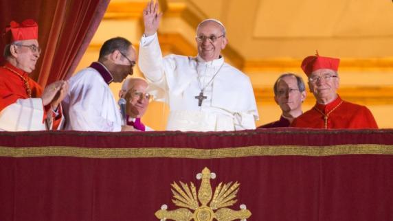 kardinal bergoglio mitte winkt als neuer papst franziskus i im vatikan vom balkon er ist als nachfolger von papst benedikt xvi gewhlt worden