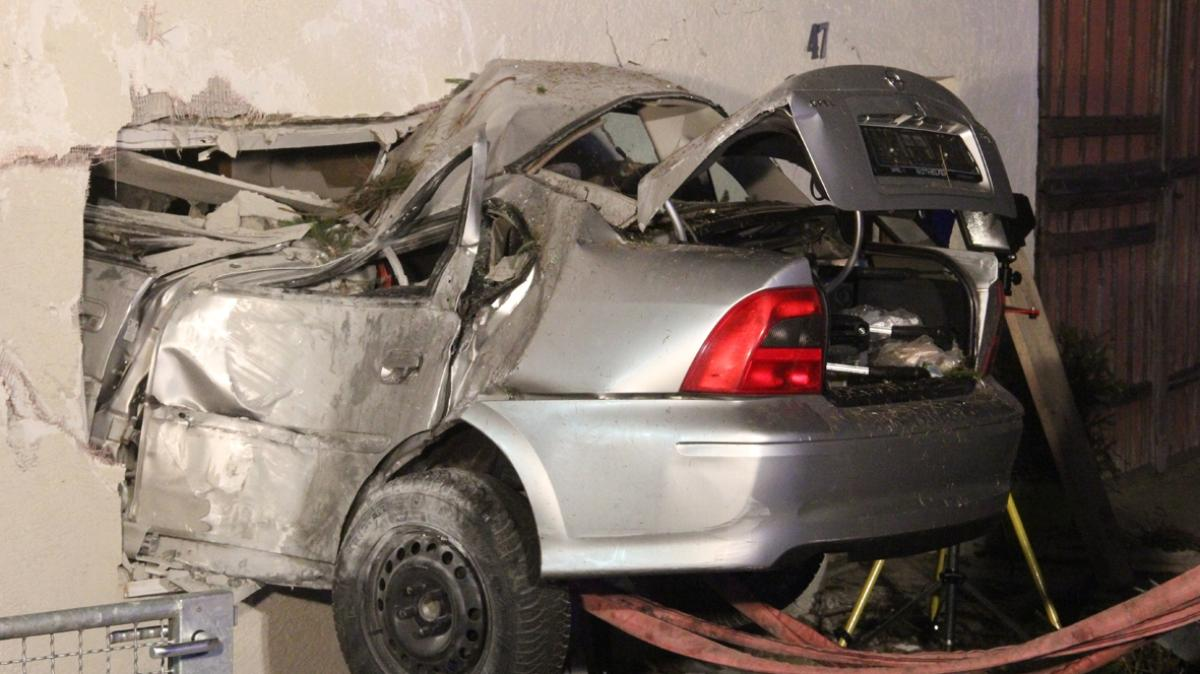 Auto kracht in Wohnzimmer Anwohner geschockt und verärgert  Promis